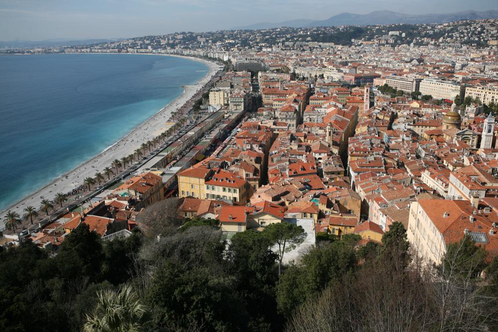 Výhledy na město Nice na středomřeském pobřeží vám dají zapomenou, že je teprve únor.