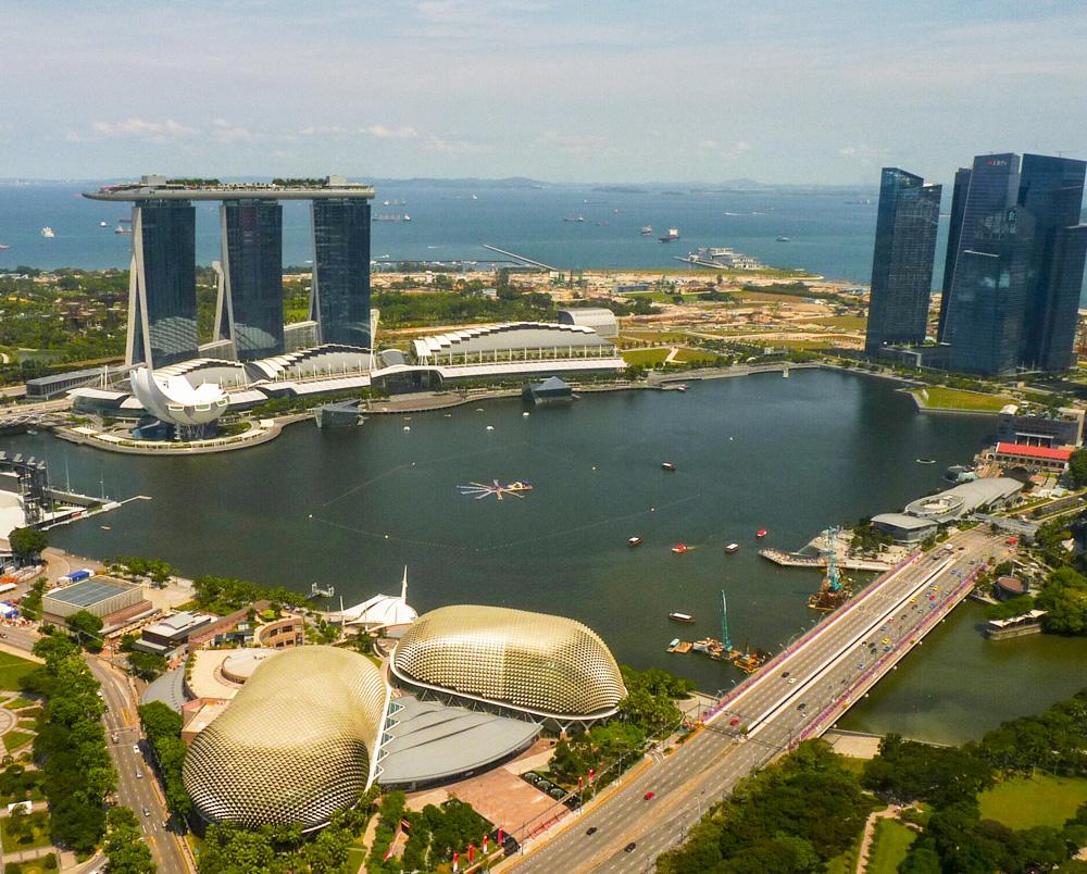 Známá tvář Singapuru - Marina Bay Sands hotel a divadlo Esplanade postavené ve tvaru národního ovoce - durianu. Foto: Eva Janů