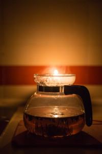 Uvařit si čaj bez elektřiny není nic složitého, jen je to trochu nezvyk. Rychlovarná konvice nejede.