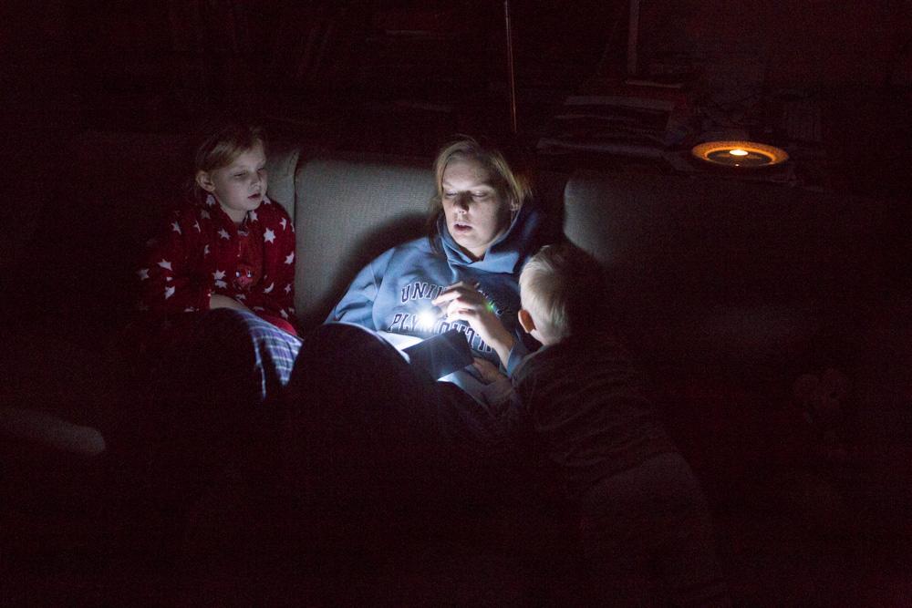 Jeden den bez elektřiny, nastupují svíčky a knížky.