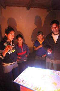 Baterky a svíčky, to jsou hlavní zdroje světla v Amarově domě.
