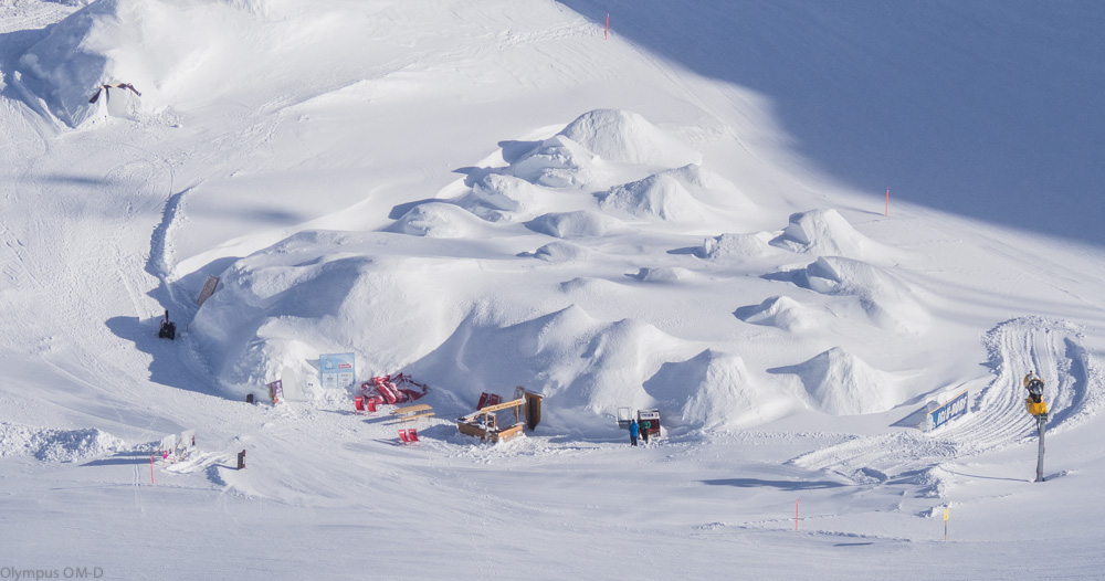 Hromada sněhu skrývá Igloo village.