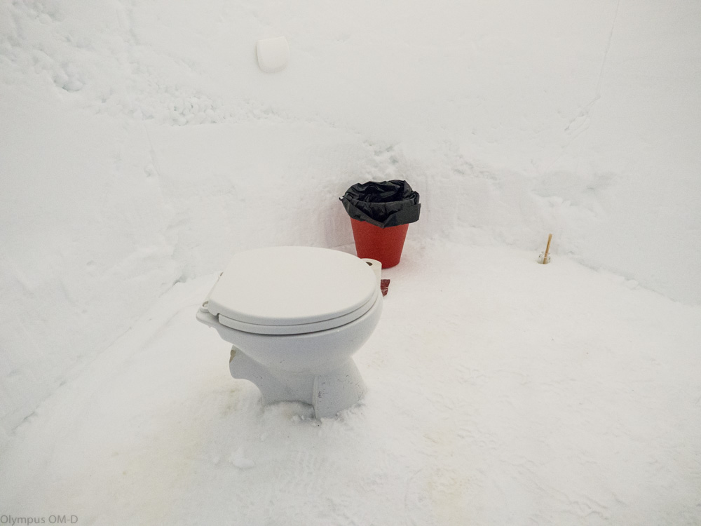 Záchod v Iglú.