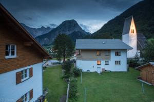 Výhled z balkonu není přímo do vesnice, ale na zdejší kostel.