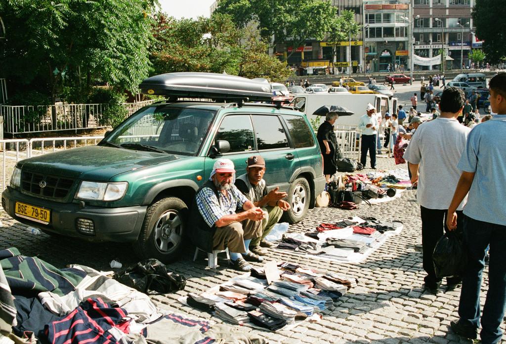 Moje auto zaparkované před Istanbulskou univerzitou se během dne stalo součástí tržiště.