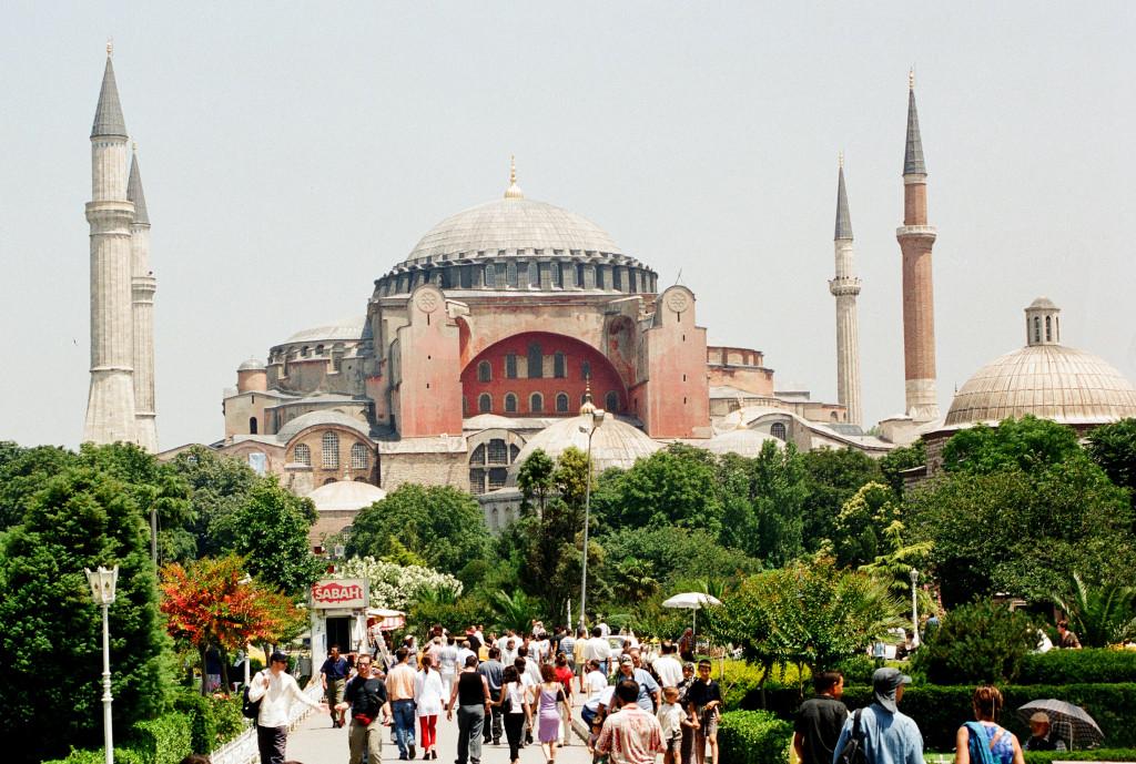 Prodavači čehokoliv jsou v Iastanbulu všude. Ale památky, jak je Hagia Sofia, jsou doslova obleženy prodejci.