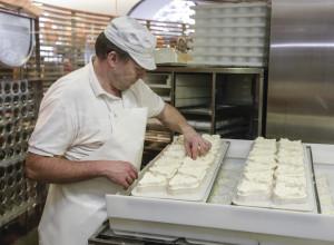 Výrobu sýra v engelberské klášterní sýrárně můžete sledovat na vlastní oči.