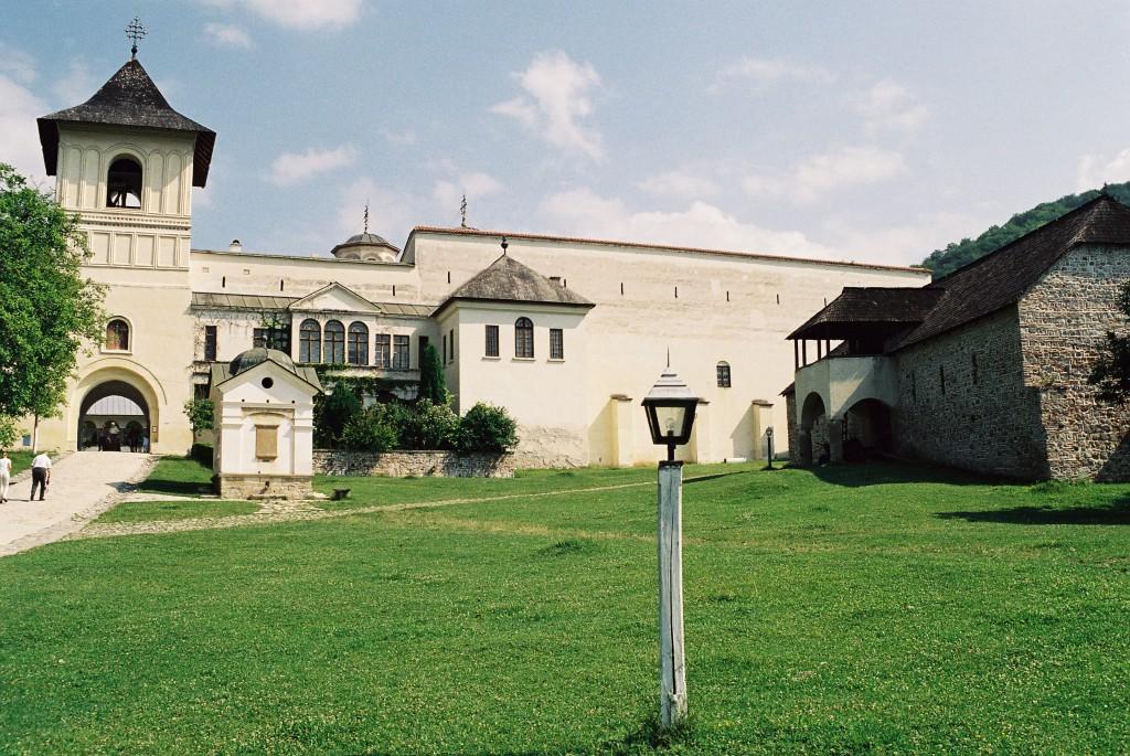 Přespat v zahradě kláštera pod širákem má své kouzlo.