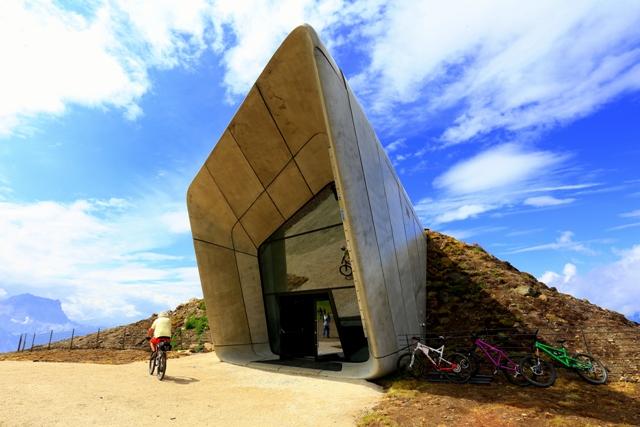 Nad povrch vyčuhují jen originální okna, která nabízejí velký rozhled po okolních horách. Foto: www.jakubkyncl.com