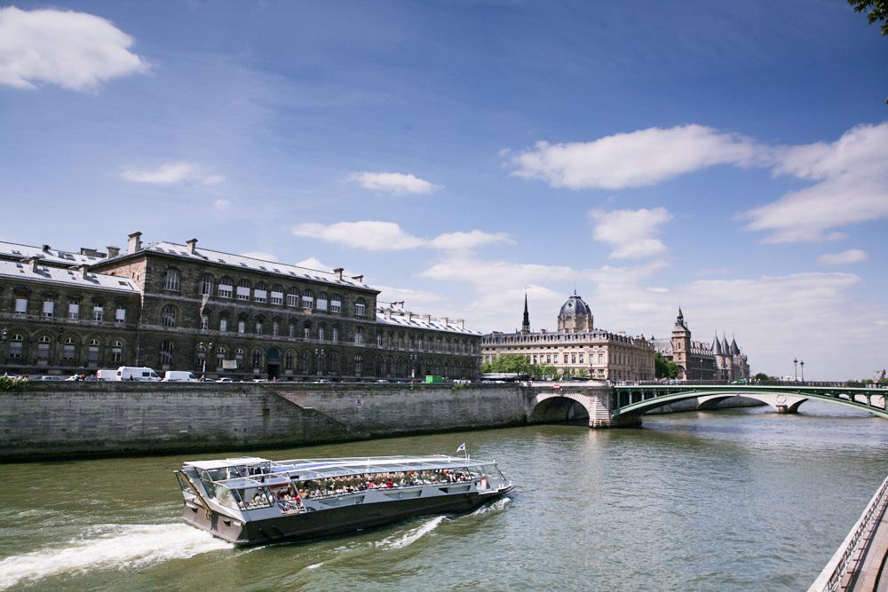 Plavba po Seině patří k povinostem při návštěvě Paříže.