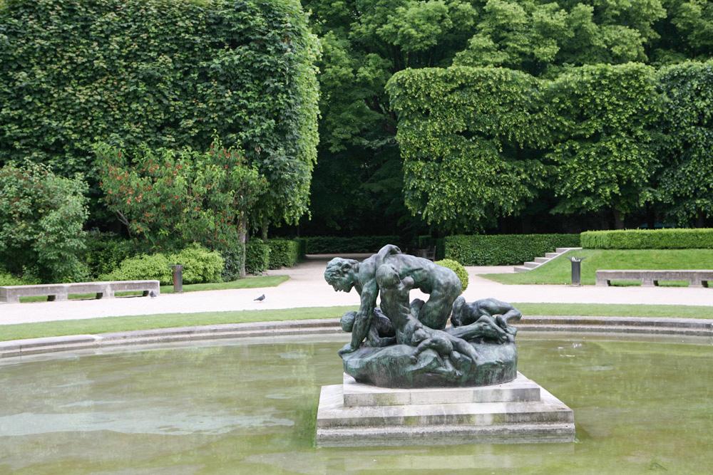Řada Rodinových soch je umístěna v krásné zahradě, kde se dá báečně odpočívat, pobíhat nebo jen tak projíždět s kočárkem.