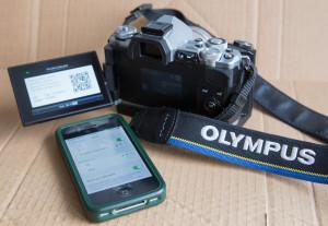 Fotoaparád Olympus OM-D E_m5 Mark II má vlastní wi-fi, pro kontakt s iPhonem.