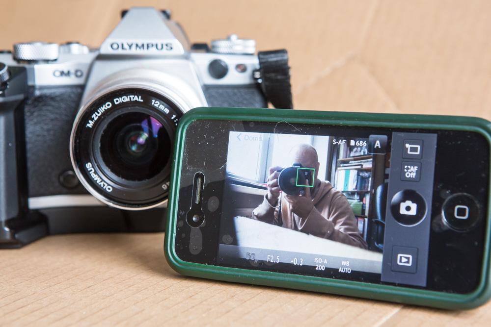 S aplikací Olympus Image Share můžu třeba mobilní telefon díky wi-fi používat jako dálkovou bezdrátovou spoušť.