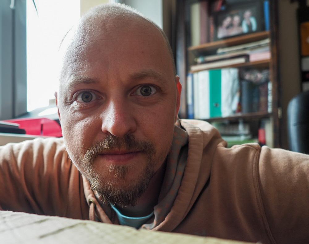 A takhle mě to vyfotil, když jsem tapnul na displej mého iPhonu propojeného s Olympusem OM-D E-M5 Mark II. I have Lost My Hat!!!