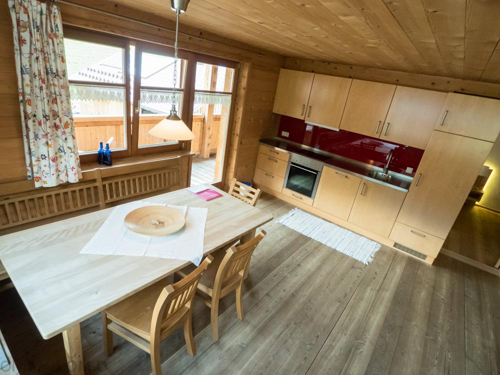 Interiér kuchyně a jídelny je stejně jako v ostatních pokojích ve Ville Natur založen na krásném dřevě