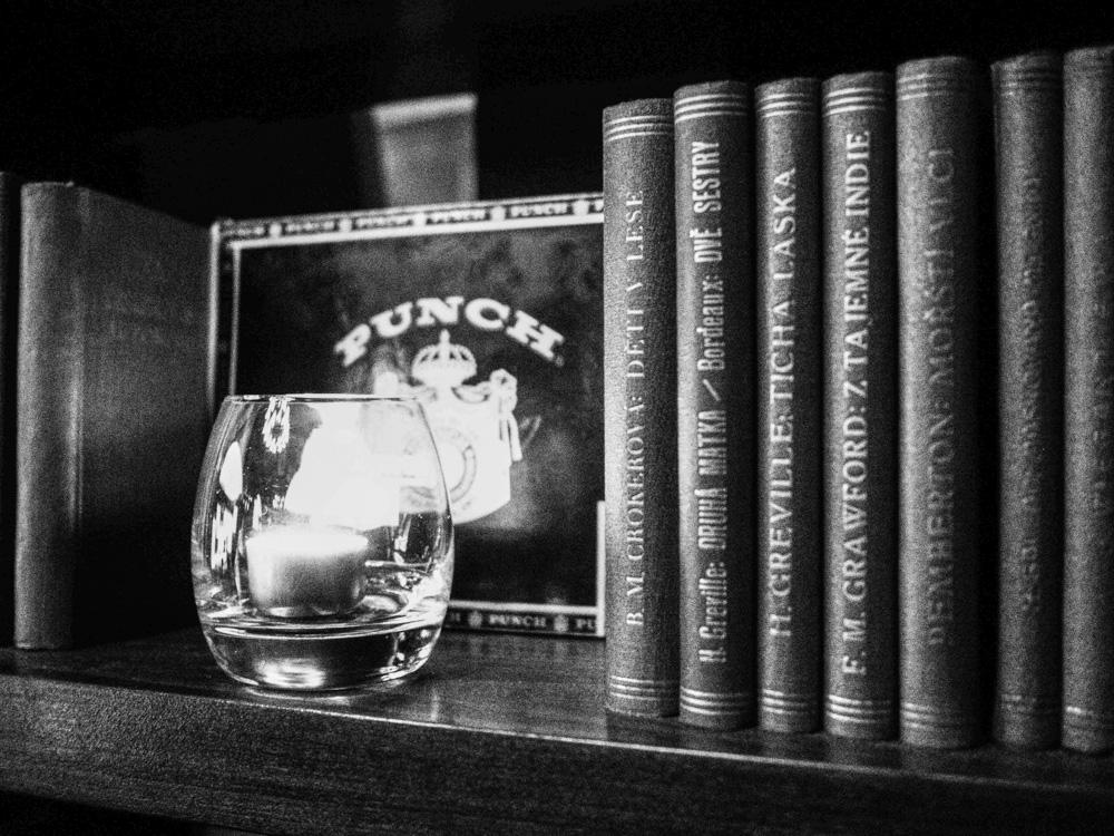 Černobílá fotografie knihovna v Bar and Books.