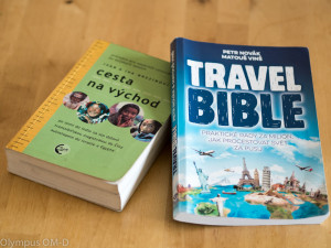 Knihy Travel Bible a Cesta na východ na stole.