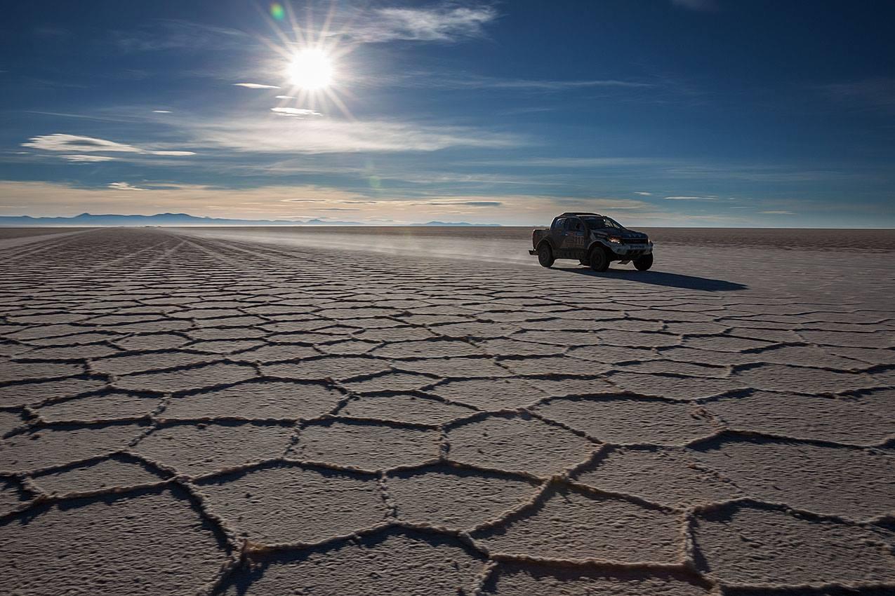 Auto v pustině na Rallye DAKAR.