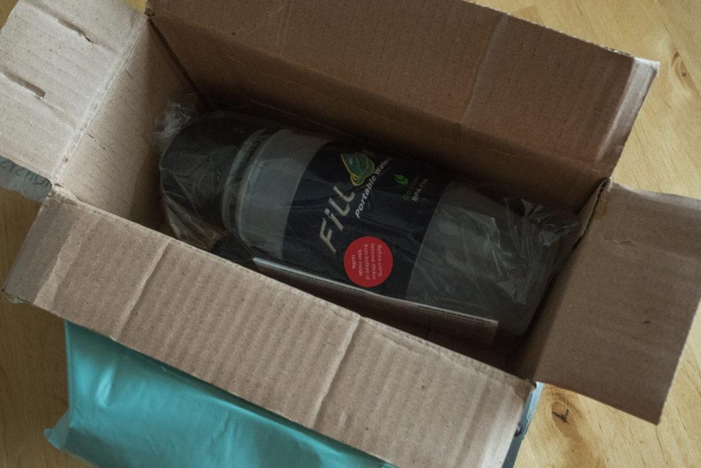 balík se zabalenou lahví.