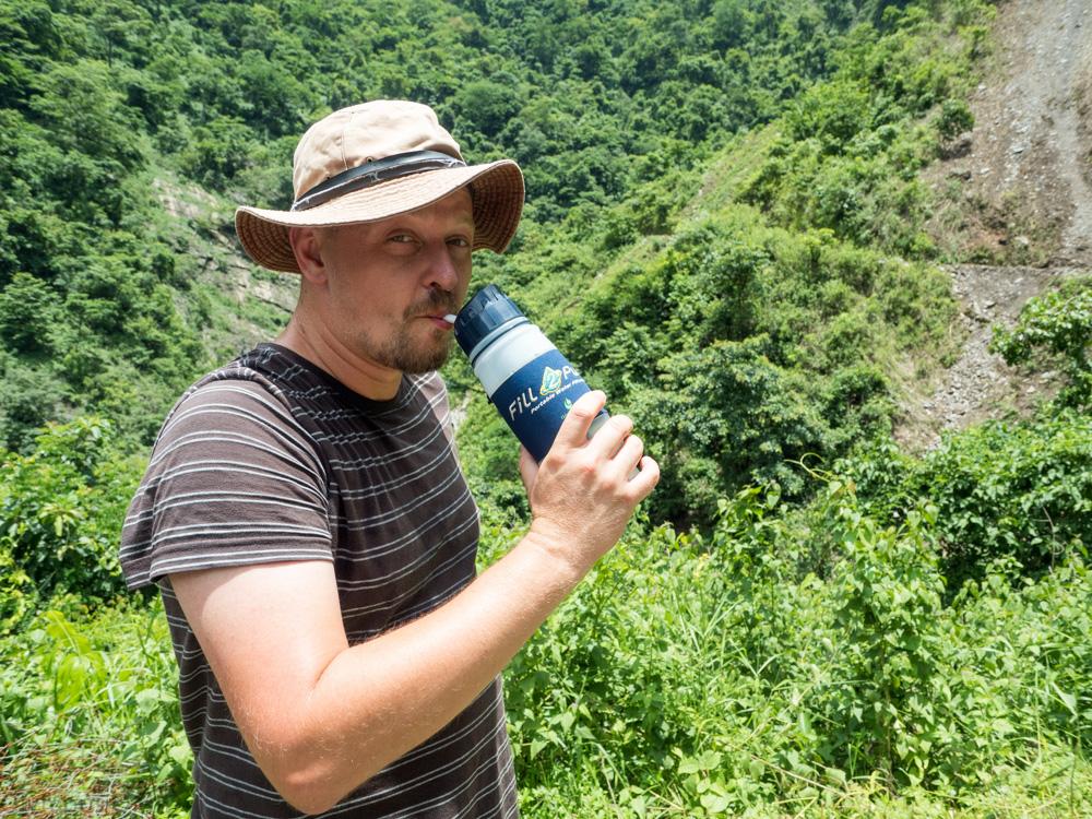 Pití vody z lahve pomocí brčka