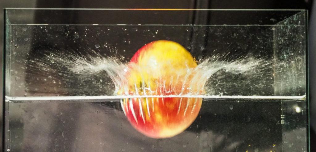 Jablko padající do vody.