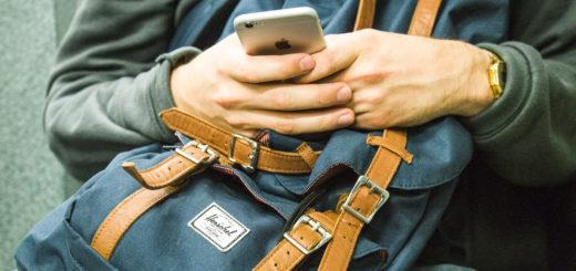 Mobilní telefon k cestování patří