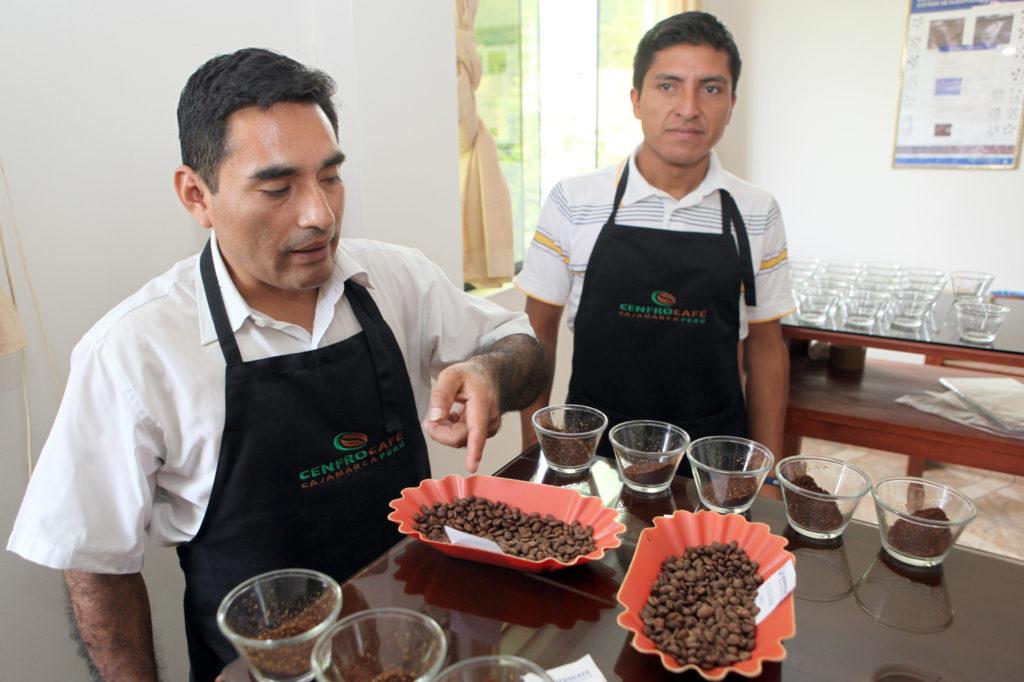 Dvojici mužů musí káva chutnat.