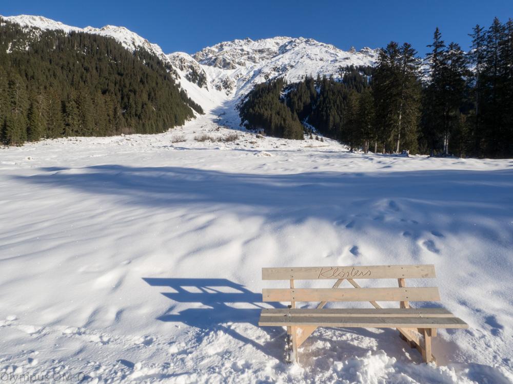 Lavička v údolí za Klosters.